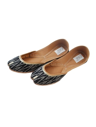 black slip on jutis - 14865319 - Standard Image - 3